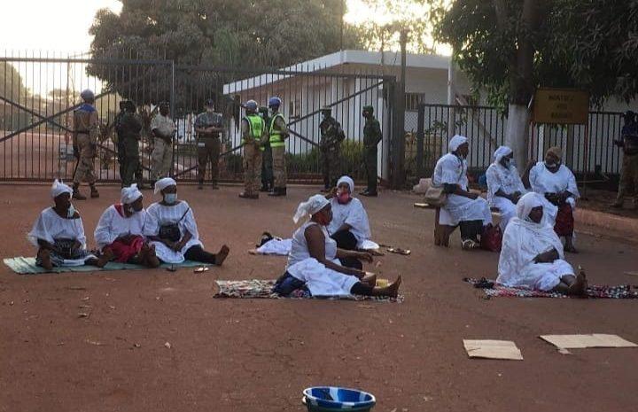 Fria  Les veuves de Fria assiègent la devanture de l'usine Friguia(guineenews.org)