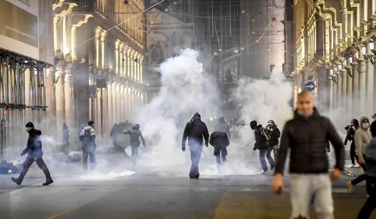 (Reseauinternational)Italie – Les manifestations de masse contre le confinement deviennent violentes