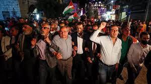 (rfi.fr)Mahmoud Abbas reporte les élections législatives palestiniennes, manifestation à Ramallah.