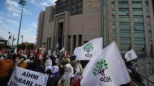 (rfi.fr)Turquie: des dirigeants prokurdes jugés pour des manifestations en soutien à Kobané en 2014.