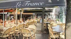 (rfi.fr)En France, la réouverture des restaurants se fera par étapes entre début mai et fin juin.