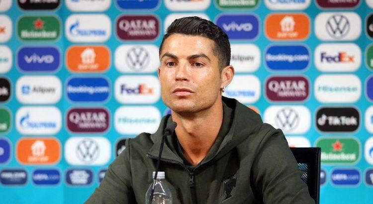 (mouv.fr)Ronaldo fait perdre des milliards à Coca-Cola après avoir remplacé deux bouteilles du soda par de l'eau