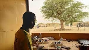 (rfi.fr)Sénégal: bienvenue à la «boutique» d'Al Ngourane, où l'on recharge son portable grâce au soleil.