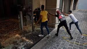 (rfi.fr)Exaspérés par les étalages vides et les pénuries, les Libanais reprennent la contestation.