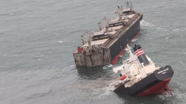(observateurcontinental)Un navire battant pavillon se brise en deux dans le nord du Japon