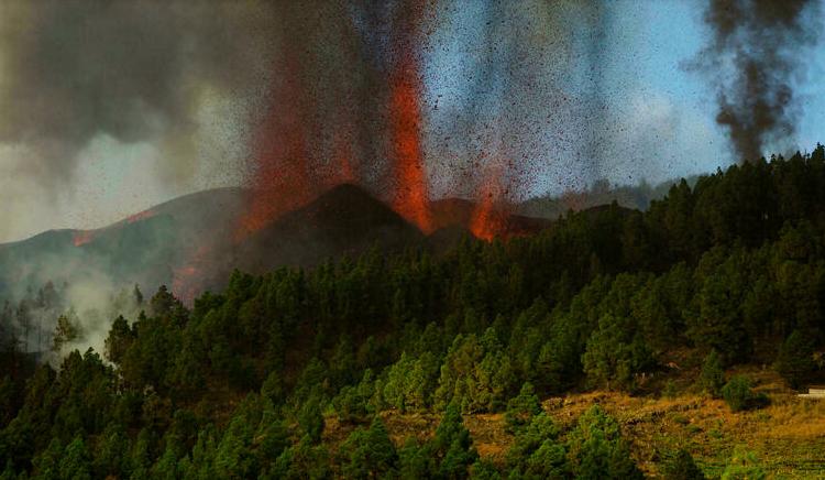 (rfi.fr)Espagne: une centaine de maisons détruites dans l'éruption d'un volcan aux Canaries