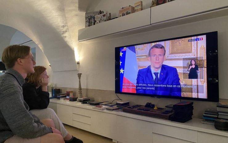 (Forbes.fr)Emmanuel Macron ferme les écoles et limite les déplacements pour contrer la poussée du Covid-19.