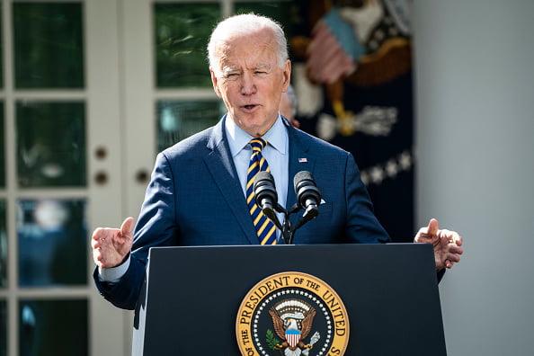 (Forbes)Joe Biden demande aux villes et aux États de suspendre les réouvertures des frontières et de rétablir le port du masque.