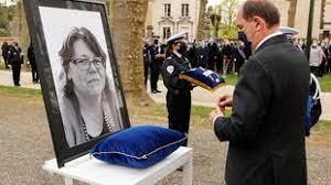 (rfi.fr)France: cérémonie d'hommage national pour la policière tuée à Rambouillet.