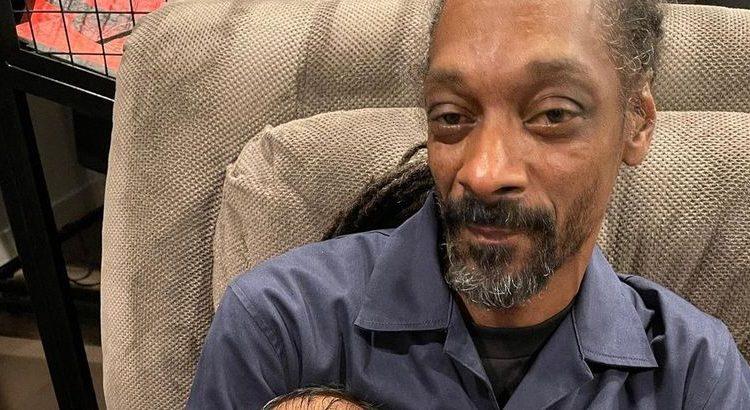 (mouv.fr)Snoop Dogg : de nouveau grand-père, il fait écouter du Bob Marley à son petit-fils