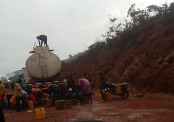 (Guineenews)Accident de camion-citerne : un self-service pour pillards de carburant