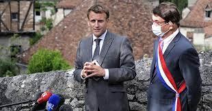 (rfi.fr)France: écoute et vieilles pierres, Emmanuel Macron «au contact des Français» dans le Lot.