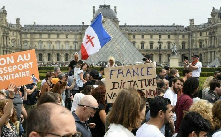 (rfi)Des milliers de personnes dans les rues de Paris contre la vaccination et le pass sanitaire
