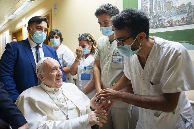 """(HuufSpot)Le pape François restera """"encore quelques jours"""" à l'hôpital"""