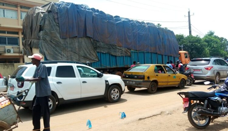 (guineenews)Circulation des gros camions : quand un énorme véhicule arrache des câbles sur son passage !