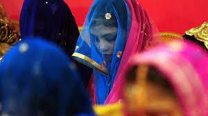 (rfi.fr)Pakistan: des entremetteuses controversées au service de la tradition.