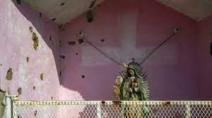 (rfi.fr)Mexique: les membres d'un puissant cartel défient l'État en posant à visage découvert.