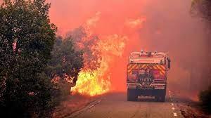 (rfi.fr)France: deux morts dans un incendie gigantesque sur la Côte d'Azur.
