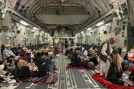 (rfi.fr)Évacuations d'Afghanistan: un gigantesque pont aérien mobilise des avions du monde entier.