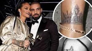 (AfrikMusik.fr)Rihanna couvre le tatouage de Drake Shark .